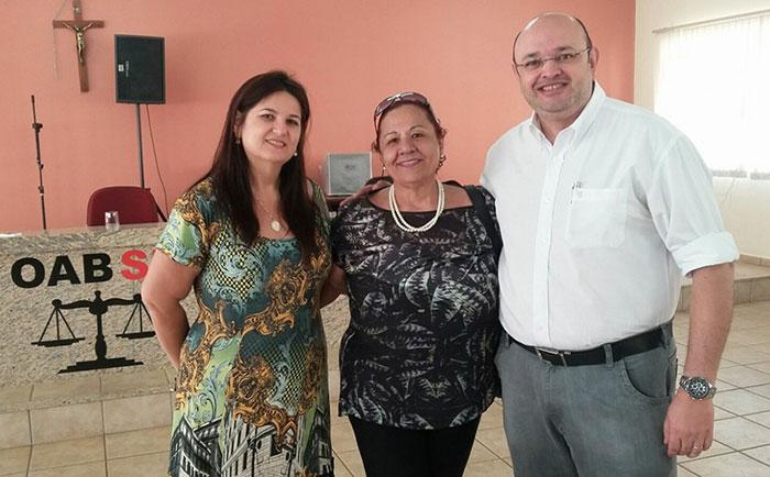 Candidato único Márcio Diniz com advogadas Lígia Velho e Helena Pereira