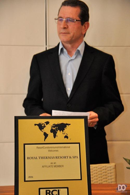 Gerente Geral Mário Dias à frente da placa de filiação RCI
