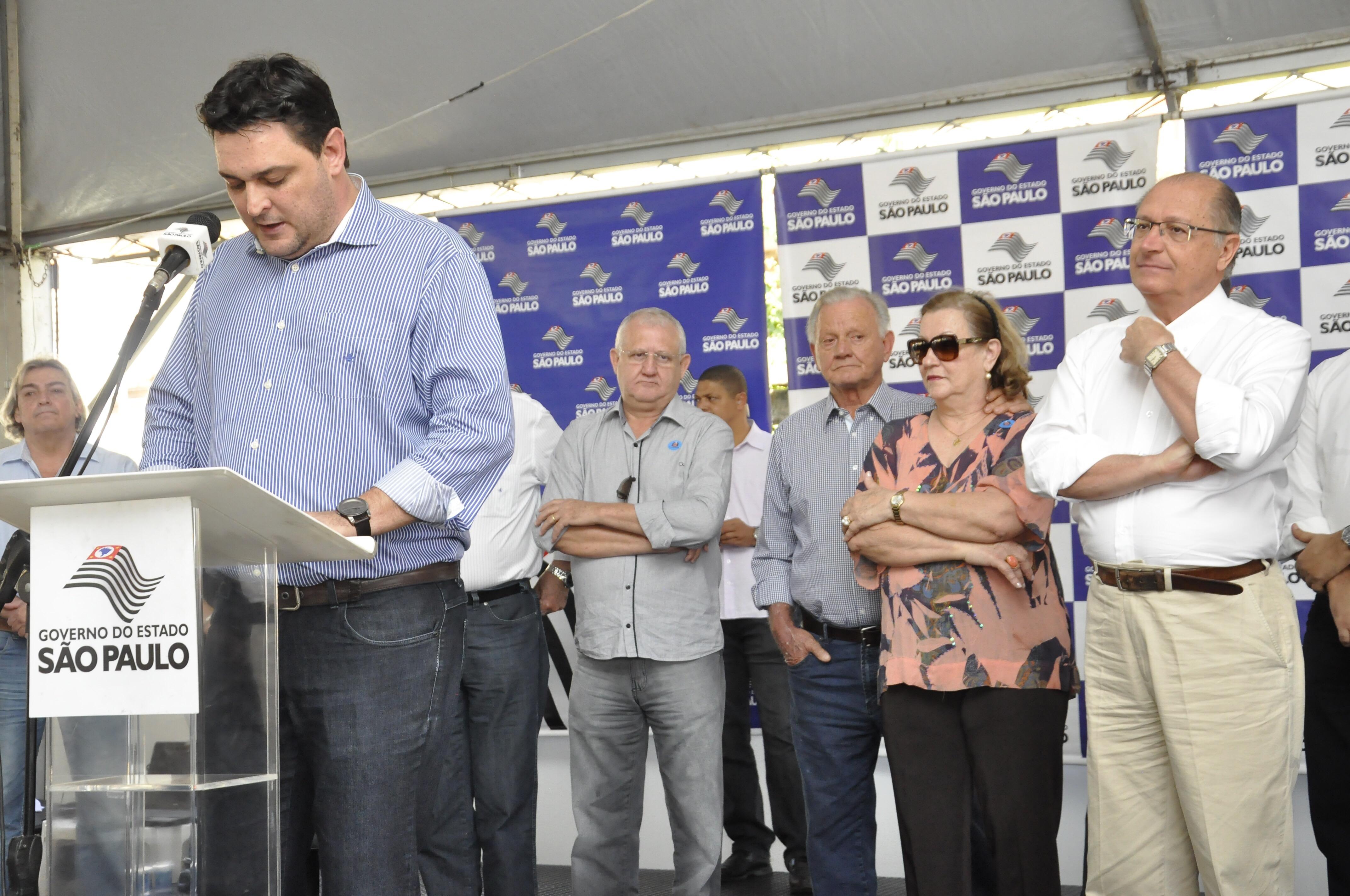 Prefeito de Olímpia discursa, observado por Alckmin