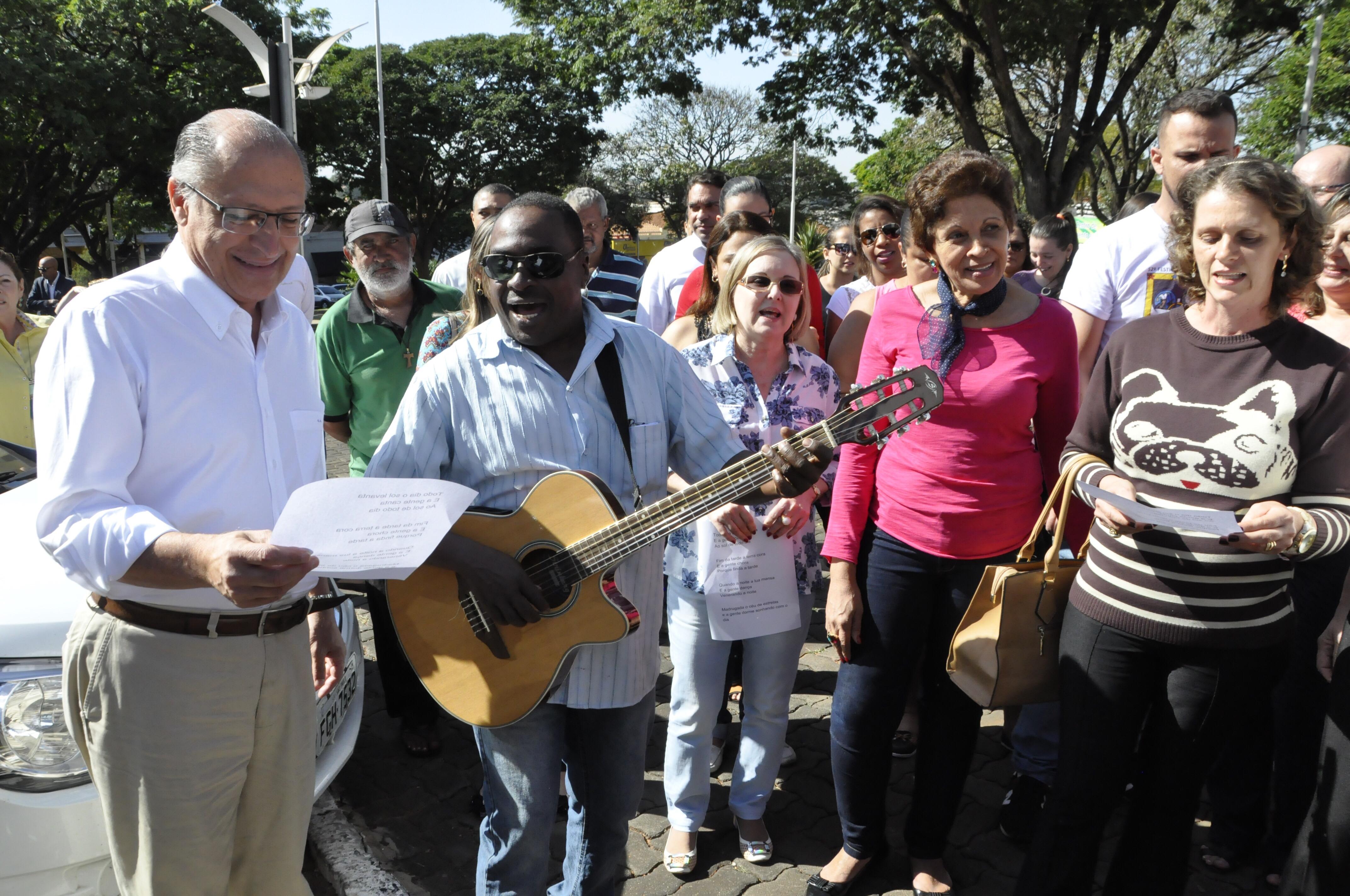 Professores da Educação prestam homenagem ao governador e ele acompanha a letra da música