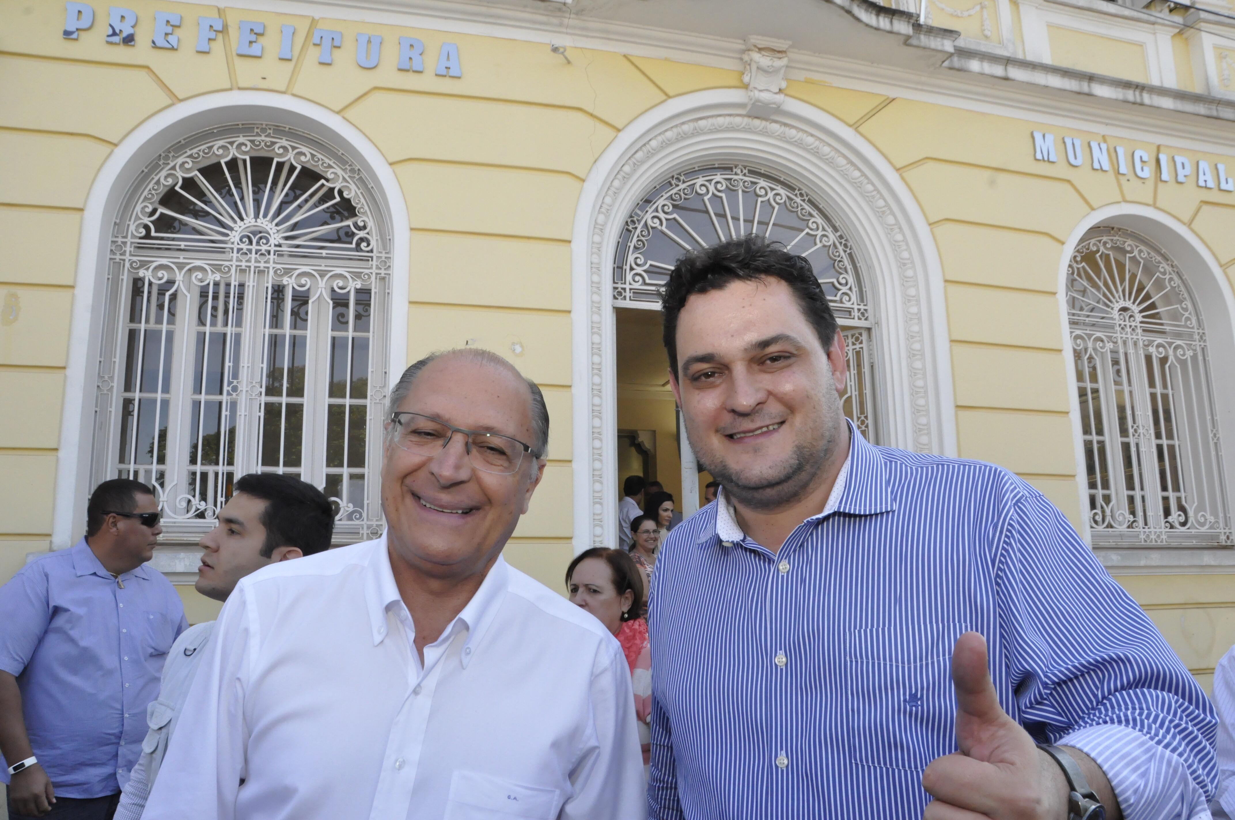Alckmin com Geninho defronte a Prefeitura de Olímpia