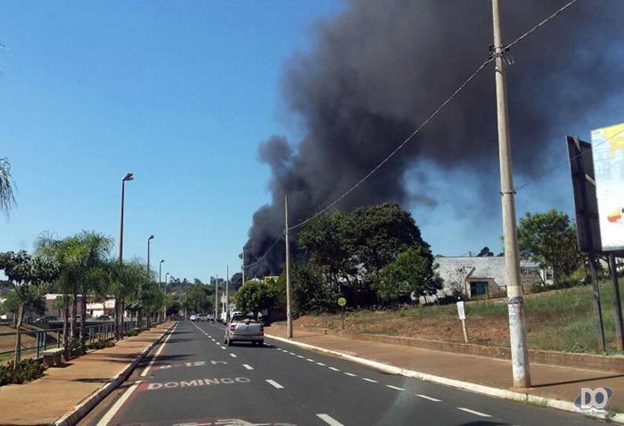 Enorme coluna de fumaça preta pode ser vista de várias partes da cidade (Foto Marcos Garcia)