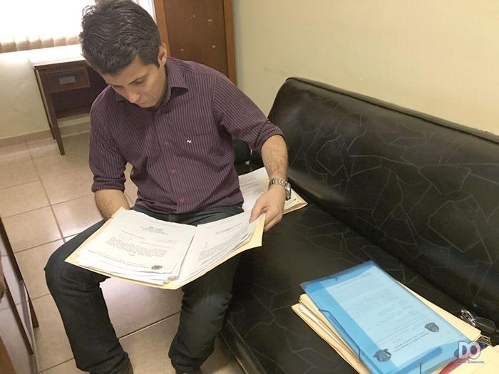 Vereador analisa documentos de seu gabinete que lhe foram entregues, já preso em flagrante