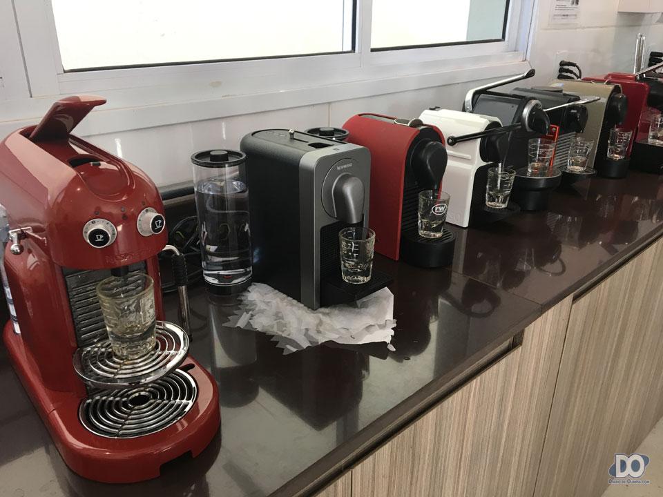 Na bancada de testes, todas as máquinas da Nespresso oferecidas no mercado