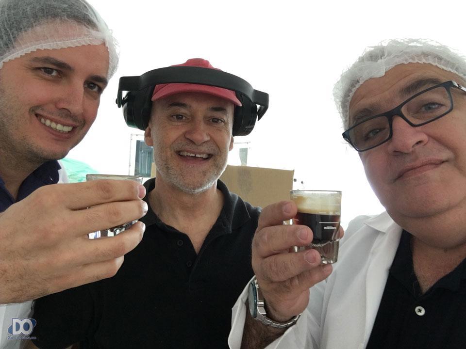 Gledson e Leonardo, com o diretor Orlando (ao centro), degustam e provam o café antes do encapsulamento