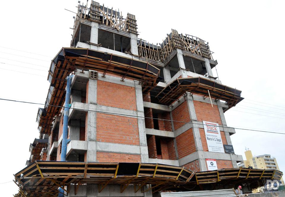 A torre dos apartamentos de 3 dormitórios já está na sétima lage (são dez)