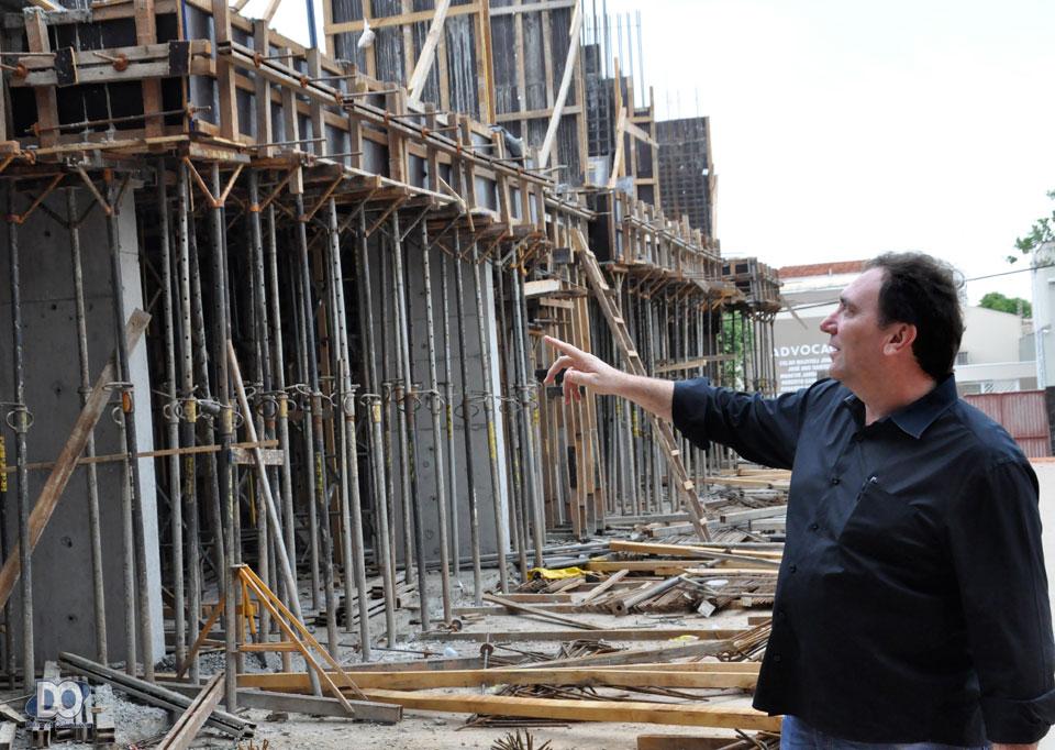 Carlos Savian aponta para o ritmo das obras