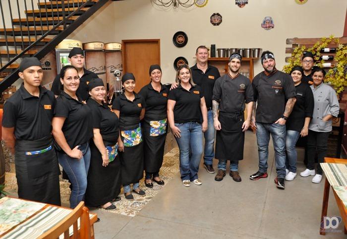 Casal Paulo e Darla com os chefs Marlon e Kleber e equipe de cozinheiros e garçons