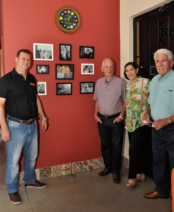 A parede com fotos homenageando o pai Bartholomeu Ittavo