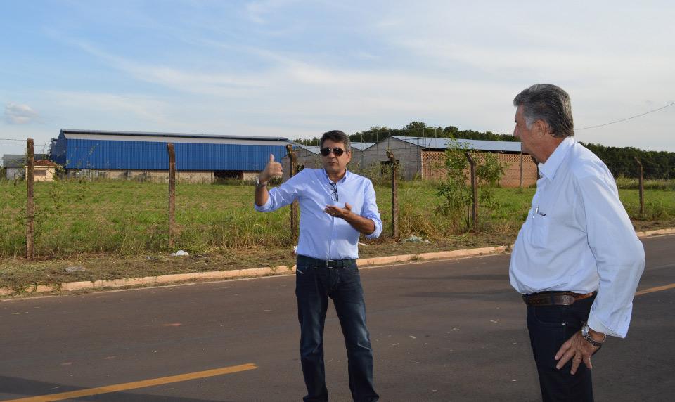 Rafael com Roberto Recco observam a área do futuro Garden Outlet Olímpia