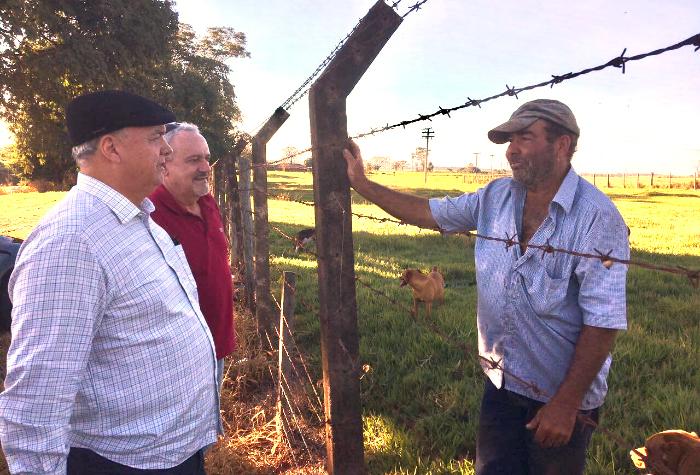 Fernando Costa, com diretor Ângelo, conversam com o proprietário da área Augusto Zanotti