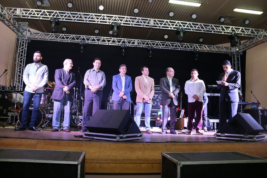 Antes do show, prefeito, vice, secretários, vereadores e organizadores do show