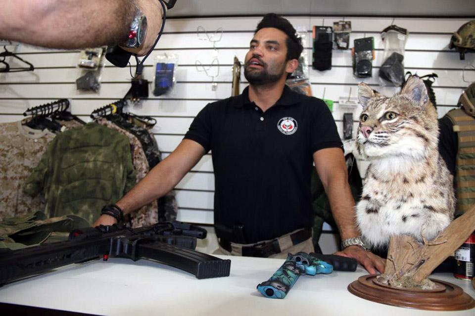 Thiago explica como funciona a caça ao javali, através do Gun Club
