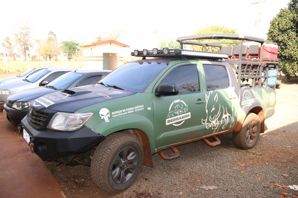 Veículo equipado para caça ao javali