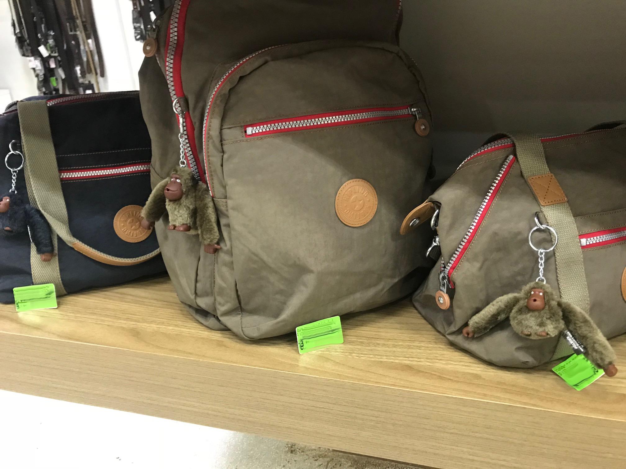 5c4d07e46 Saiba que é um produto Kipling, uma marca que além de esportiva está se  tornando uma grife fashion. A marca tem muito apelo entre as crianças, ...