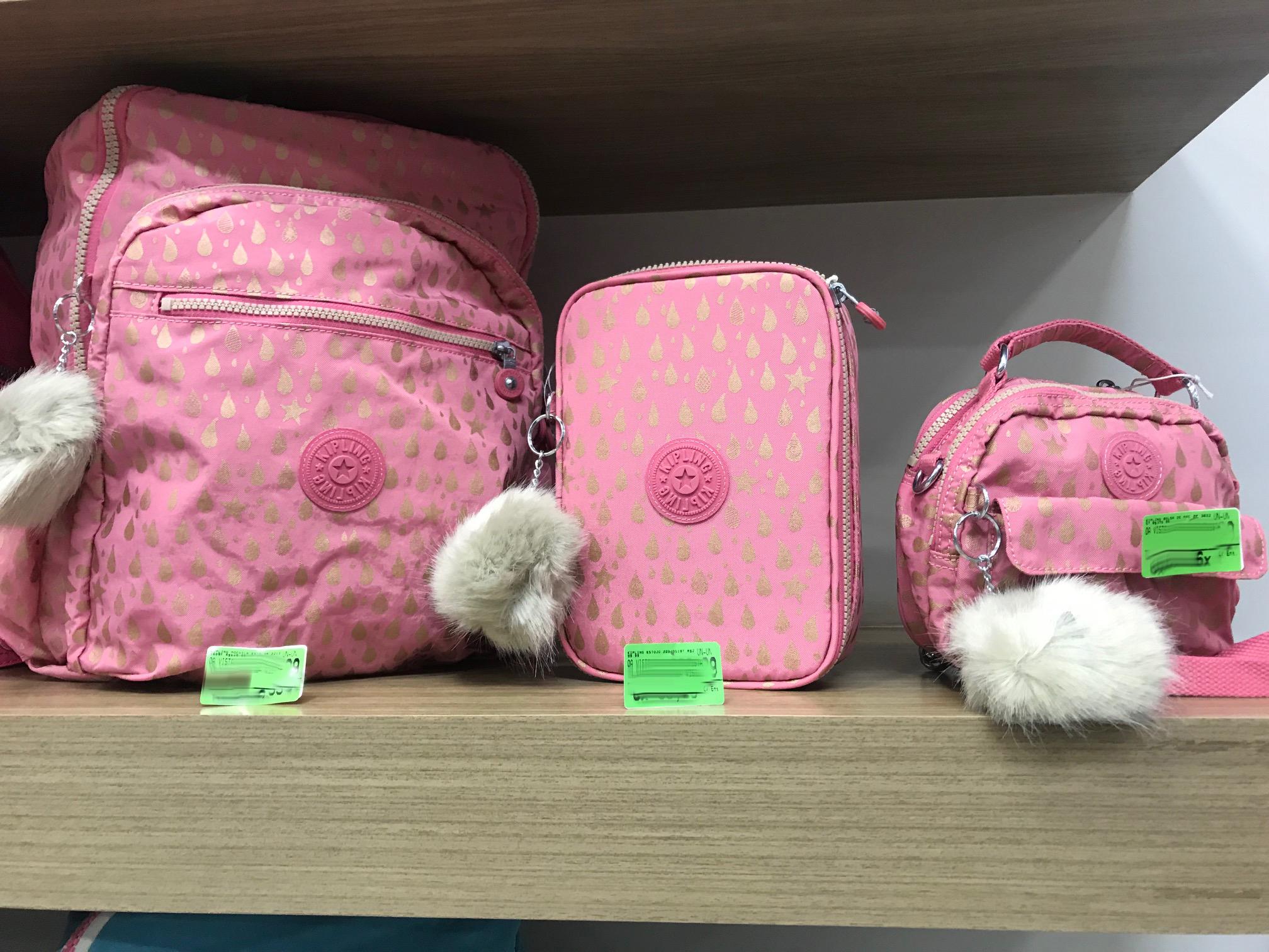 ccacad9af A marca tem muito apelo entre as crianças, adolescentes em idade escolar e  jovens mulheres, que cresceram carregando uma mochila Kipling nas costas.